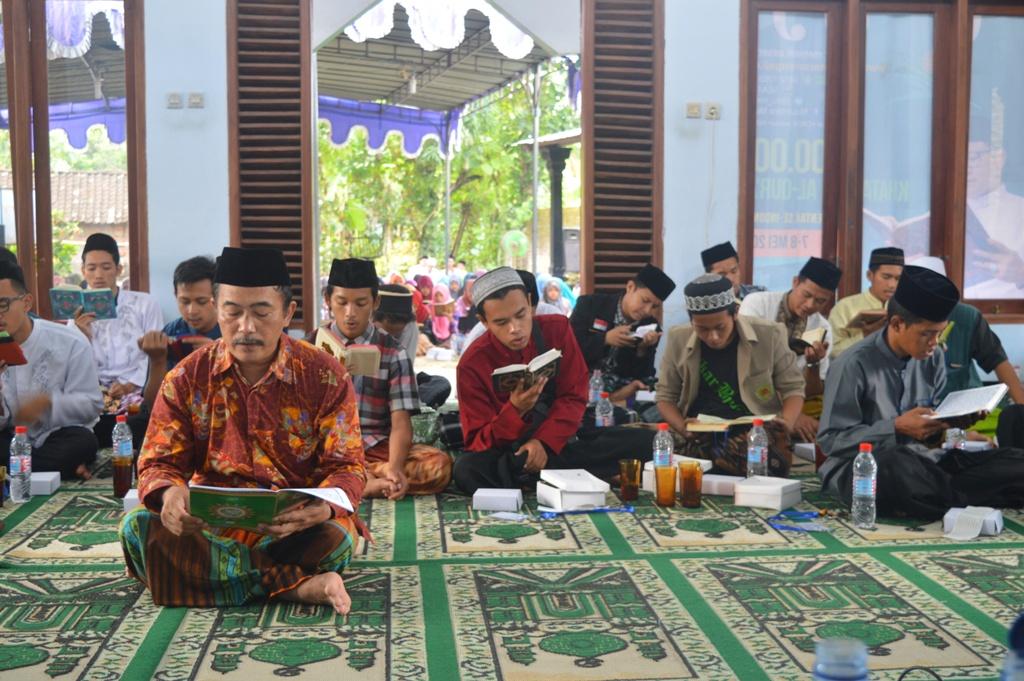 KH. Muhammad Mahbub selaku Pengasuh Pon.Pes Al Fattah juga ikut mengaji bersama para santri